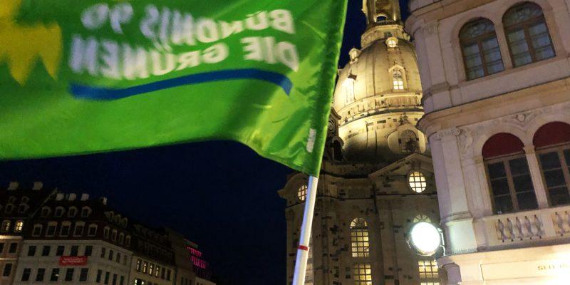 Unter grüner Flagge haben wir nicht nur für Demokratie und ihren Erhalt demonstriert, sondern auch freundliche Gespräche beginnen können. Zudem sind so die Freund*innen aus Chemnitz auf uns aufmerksam geworden.