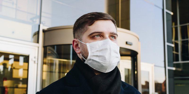In Pirna gehen Leute auf die Straße, um gegen Maßnahmen zur Eindämmung der Coronavirus-Pandemie zu demonstrieren. Angestachelt und desinformiert von rechtsextremen Akteuren bringen sie sich in Gefahr. Der Mundschutz? Wird kurzerhand zum Maulkorb. Das ist so durchschaubar wie unnötig.