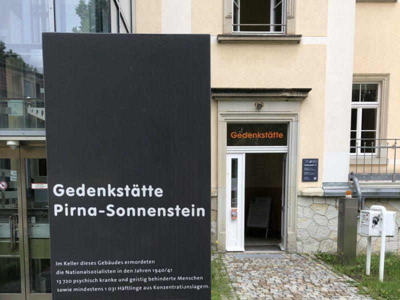 Die Gedenkstätte auf dem Pirnaer Sonnenstein zeigt eindrückliches das Grauen, das vor 80 Jahren seinen Anfang nahm. Informationen zu Besichtigungen und Führungen finden Sie auf der verlinkten Webseite.