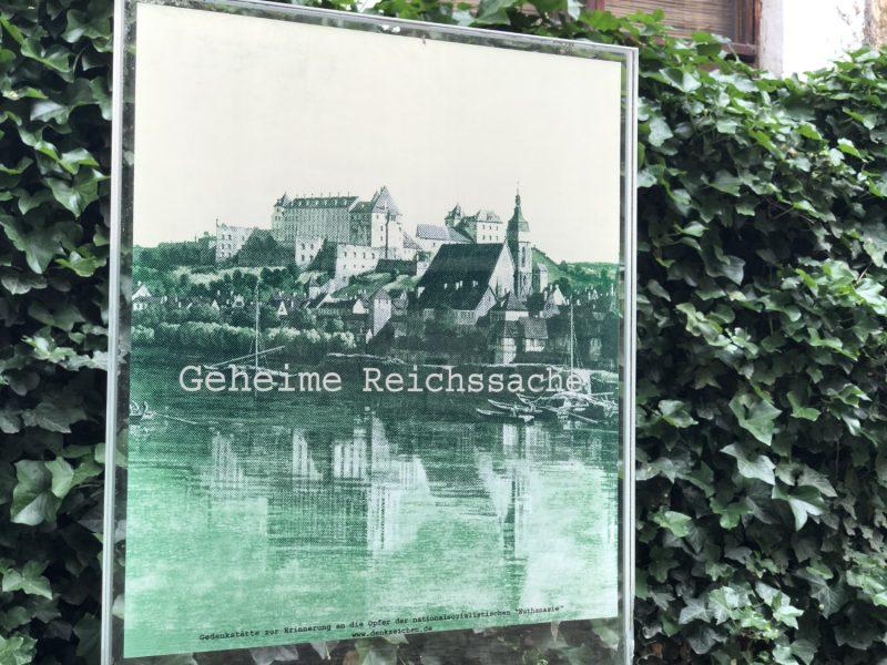 Eine der Gedenktafeln (nahe der Marienkirche), die in Pirna auf die Nazi-Verbrechen hinweisen.