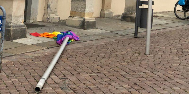 Da war wohl jemand wütend darüber, dass am Rathaus NUR drei Flaggen für Akzeptanz, Offenheit und Gleichheit wehten. Okay, ändern wir das…