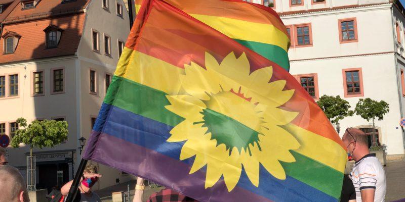 Auch wir von BÜNDNIS 90/DIE GRÜNEN nutzen die Regenbogenflagge. Doch wofür steht sie und was ist die Geschichte hinter dem Banner? Hier können Sie und könnt ihr nachlesen.