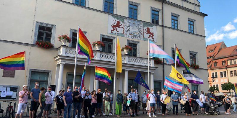 Regenbogenfahne hissen am Rathaus Pirna am 5. Juli 2020 – das Ersatz-Event für den CSD Pirna 2020 war und ist ein starkes Zeichen für eine bessere, offenere Gesellschaft.