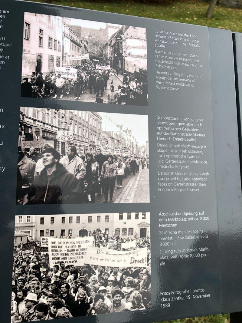 """Die Erinnerungstafel """"Historischer Ort der friedlichen Revolution 1989"""" bietet Fotos der Proteste sowie Informationen auf Deutsch, Englisch und Tschechisch."""